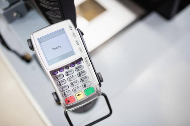 illustrations, cliparts, dessins animés et icônes de mettre l'accent sur la machine pour carte de crédit - terminal aéroportuaire