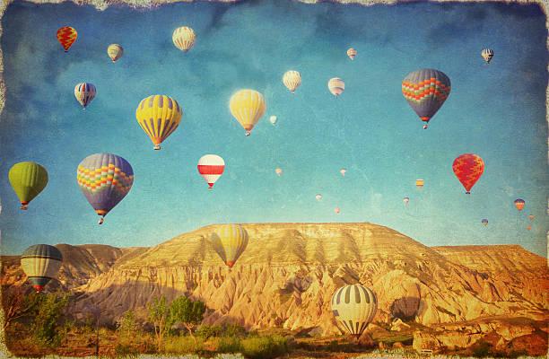 grunge bild von bunten heißluftballon vor blauem himmel - aerial overview soil stock-grafiken, -clipart, -cartoons und -symbole