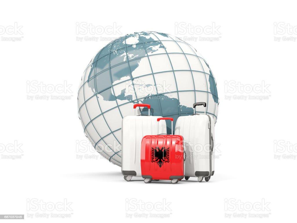 Gepäck mit Flagge von Albanien. Drei Taschen vor Globus Lizenzfreies gepäck mit flagge von albanien drei taschen vor globus stock vektor art und mehr bilder von albanien