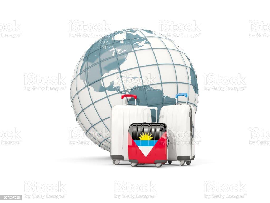 Gepäck mit Flagge von Antigua und Barbuda. Drei Taschen vor Globus Lizenzfreies gepäck mit flagge von antigua und barbuda drei taschen vor globus stock vektor art und mehr bilder von antigua & barbuda