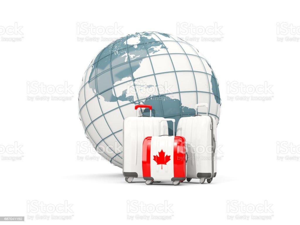 Gepäck mit Flagge Kanadas. Drei Taschen vor Globus Lizenzfreies gepäck mit flagge kanadas drei taschen vor globus stock vektor art und mehr bilder von auswanderung und einwanderung