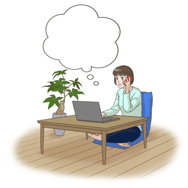 ラップトップの前で電話で話している遠隔作業の若い女性は、何かを考えて - 大学生 パソコン 日本点のイラスト素材/クリップアート素材/マンガ素材/アイコン素材