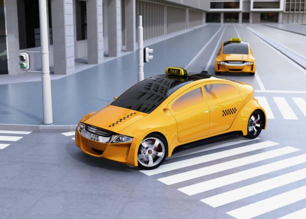 bildbanksillustrationer, clip art samt tecknat material och ikoner med gul taxi att vrida på hörnet av gatan - diagonala övergpångsställ