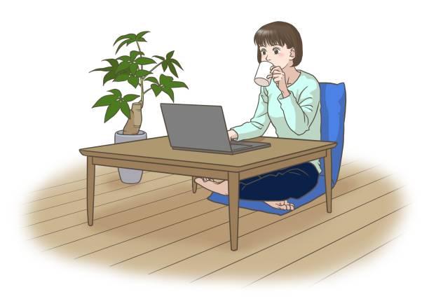 コーヒーを飲みながら遠隔で働いたり学んだりする若い女性 - 大学生 パソコン 日本点のイラスト素材/クリップアート素材/マンガ素材/アイコン素材