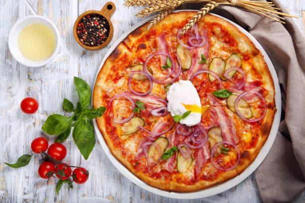 пицца с беконом - chefkoch auflauf stock-fotos und bilder