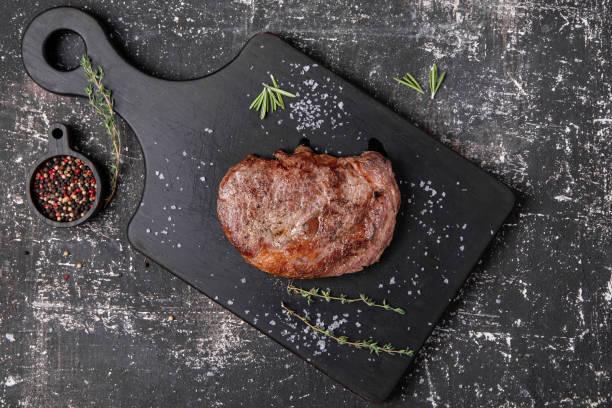 стейк из говядины с тимьяном и розмарином - chefkoch auflauf stock-fotos und bilder