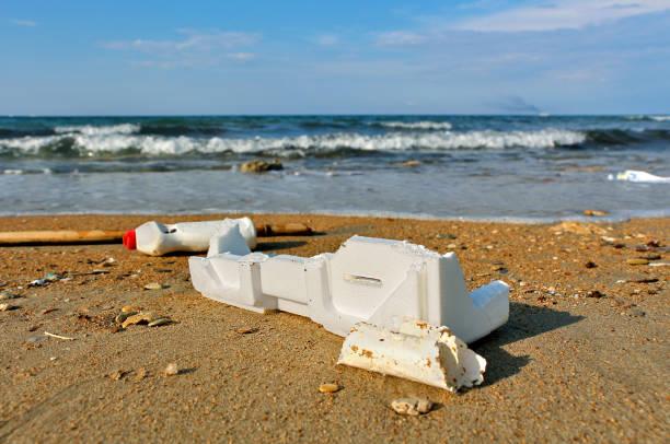 PLASTICA NEI MARI 01 Il mare restituisce continuamente rifiuti di plastica di ogni tipo The sea continuously returns plastic waste of all kinds polystyrene stock pictures, royalty-free photos & images