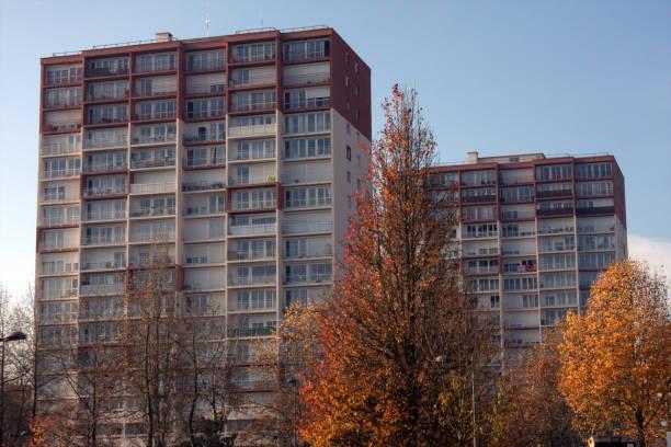 BARRES IMMEUBLES MONTATAIRE Arbres feuillage automne devant immeubles ville Montataire picardy stock pictures, royalty-free photos & images