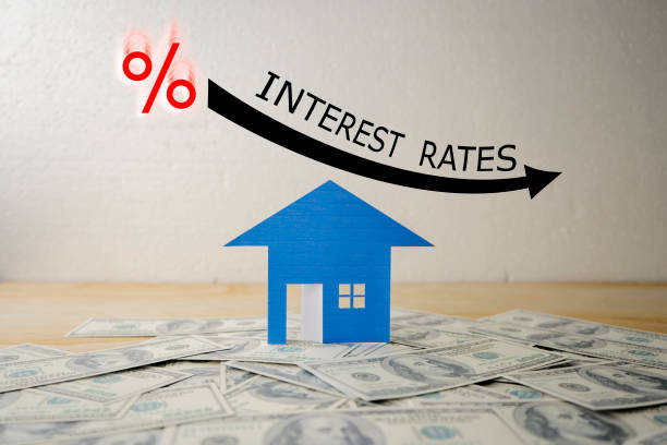 BLACK ILLUSTRATION SHOWS DECREASING OF INTEREST RATES / FINANCIAL CONCEPT HOUSE STACKED US QUARTER DOLLAR ON WOODEN TABLE WITH BLACK ILLUSTRATION SHOWS DECREASING OF INTEREST RATES / FINANCIAL CONCEPT interest rate stock pictures, royalty-free photos & images