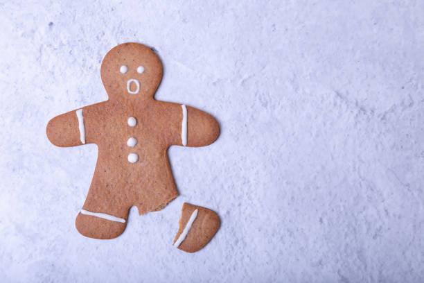 hombre de jengibre con una pierna rota (sin pierna) y una cara sorprendida. - gingerbread man fotografías e imágenes de stock