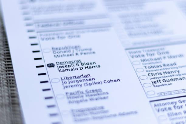 미국 오리건 주에서 조기 투표를 하는 동안 대통령 후보 조셉 r 바이든과 카말라 d 해리스 부통령을 위해 오벌 모양이 채워져 있다. 오리건 주 포틀랜드 / 미국 - 2020년 10월. - kamala harris 뉴스 사진 이미지
