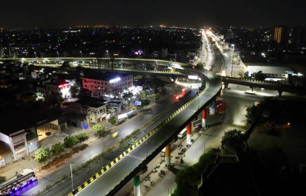 ahmedabad in nacht avondklok - avondklok stockfoto's en -beelden