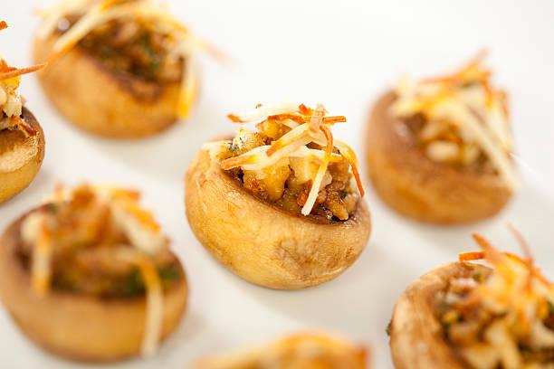 macadamia-gefüllte pilzen - gebackene champignons stock-fotos und bilder