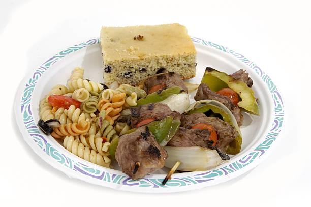 bbq - nudelsalat zum grillen stock-fotos und bilder