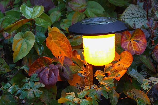 solar-lampe - solarleuchten stock-fotos und bilder