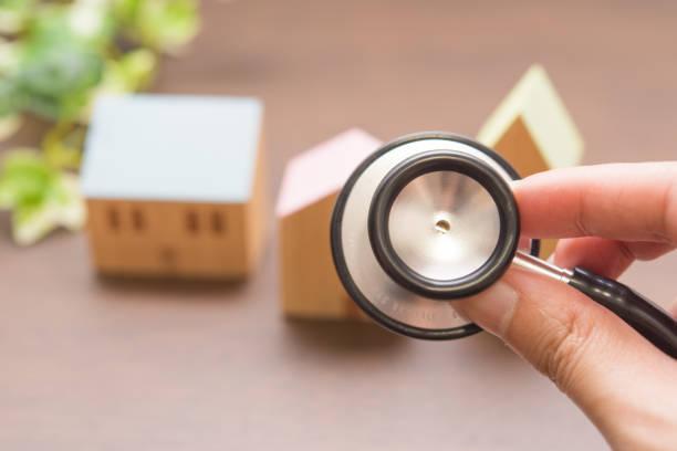 聴診器と街並み 聴診器と街並みです。 病院 stock pictures, royalty-free photos & images