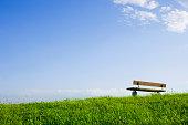 丘の上のベンチ澄んだ空