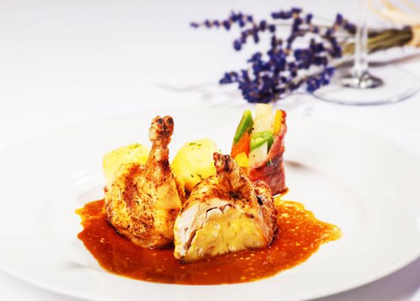 gefülltes hendl - rezepte mit hühnerfleisch stock-fotos und bilder