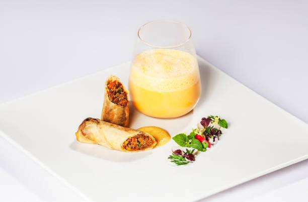 kürbiscremesuppe - rezepte mit hühnerfleisch stock-fotos und bilder