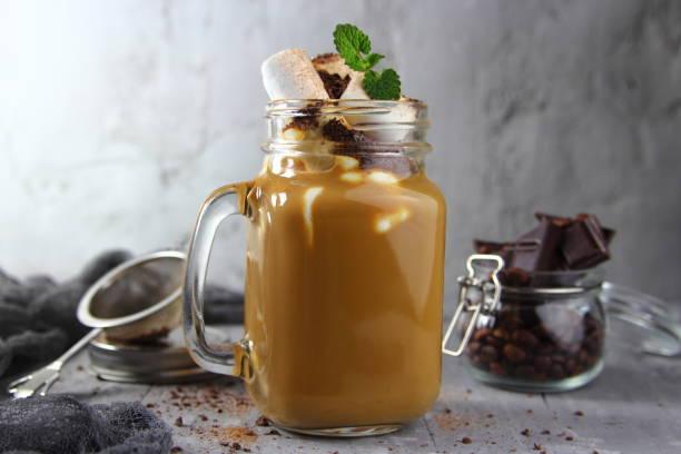 молочно-шоколадный смузи - pfefferminzschokolade stock-fotos und bilder