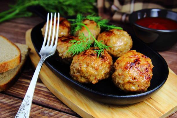 мясные тефтели в сковороде - frikadelle stock-fotos und bilder