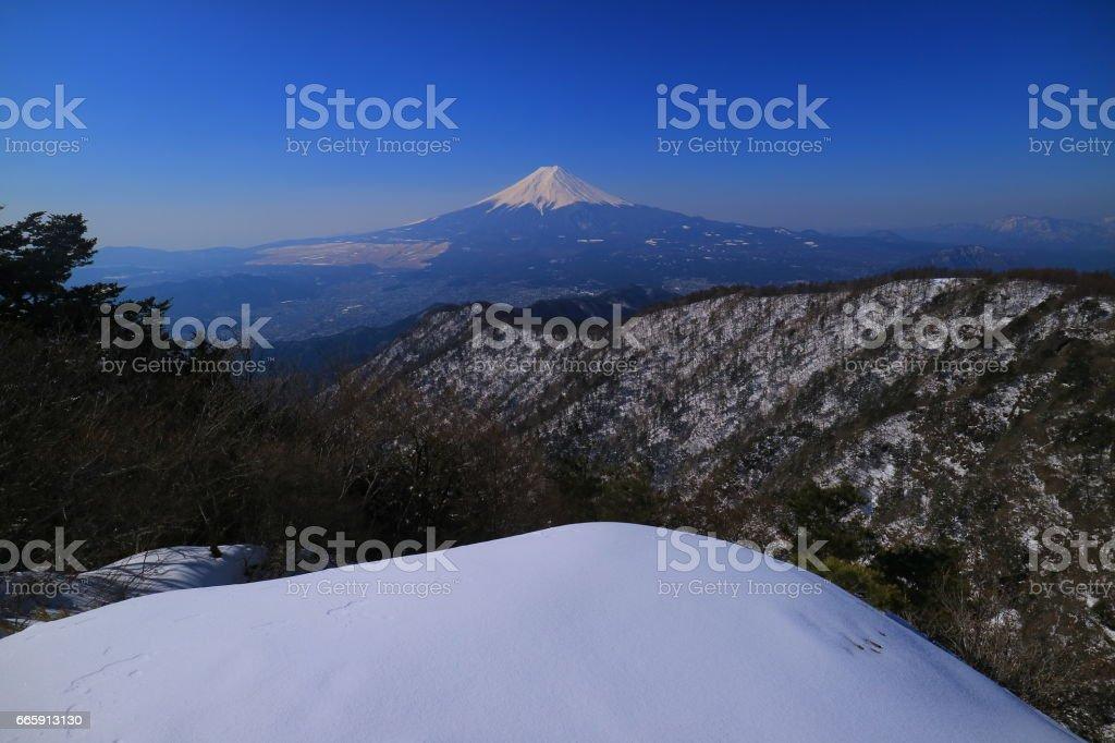 雪の残る三つ峠山頂からの4月の富士山 foto stock royalty-free