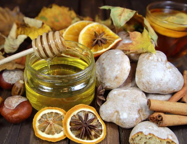 мед в банке - kastanienhonig stock-fotos und bilder