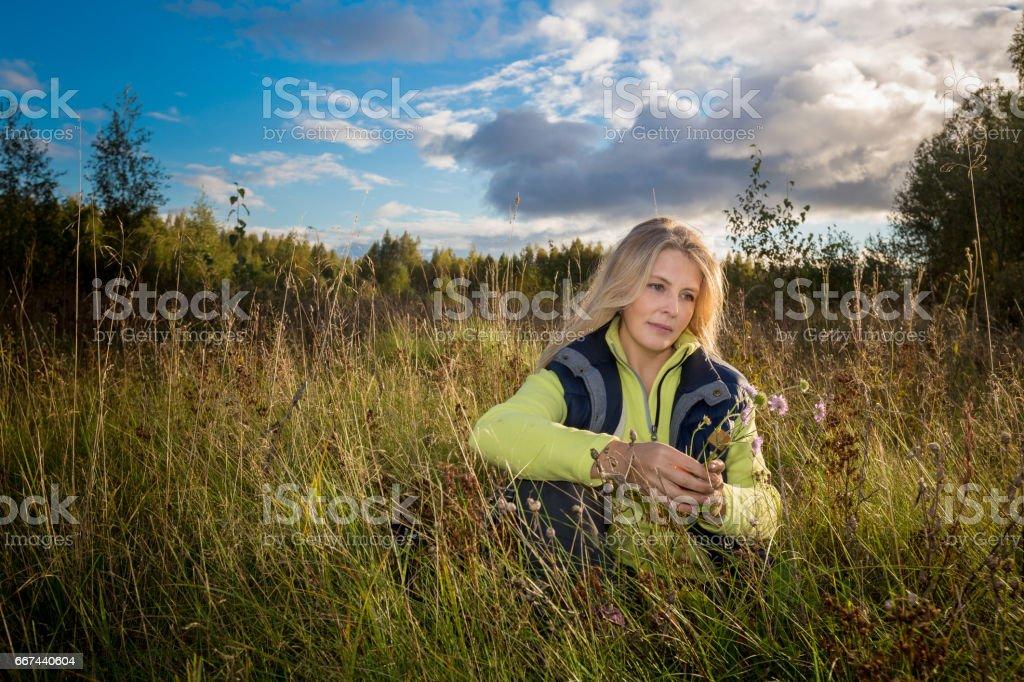 Женщина в поле royalty-free stock photo