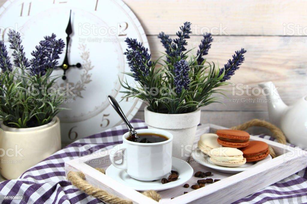 завтрак с чашкой кофе и лавандой - foto stock