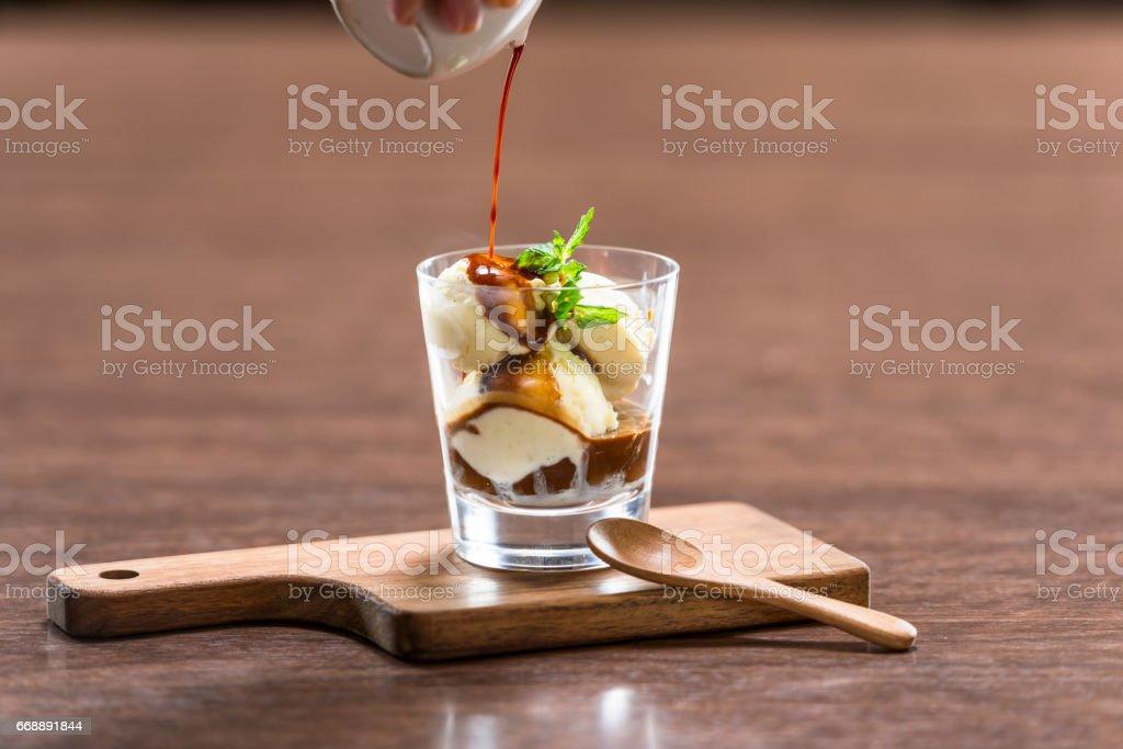 エスプレッソコーヒーをバニラアイスにかけて食べるデザート、アフォガート 스톡 사진