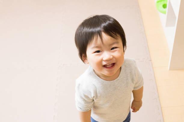 見上げる 男の子 stock photo
