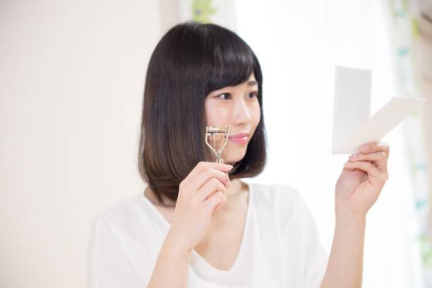 メイクする女性・ビューラー - 속눈썹 컬러 뉴스 사진 이미지