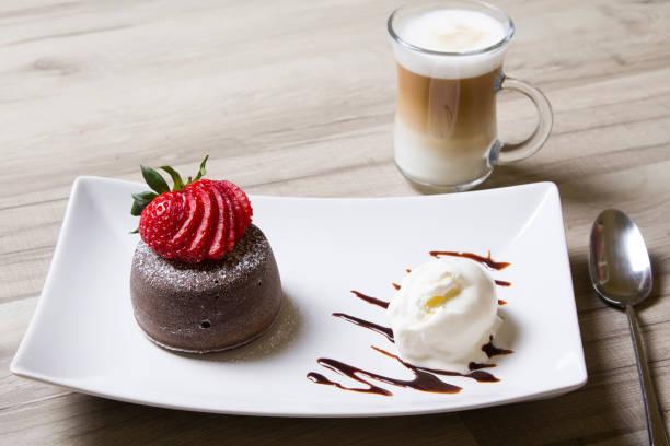 шоколадный фондан (шоколадная лава) с клубникой и мороженым - schokolade gebratene kuchen stock-fotos und bilder
