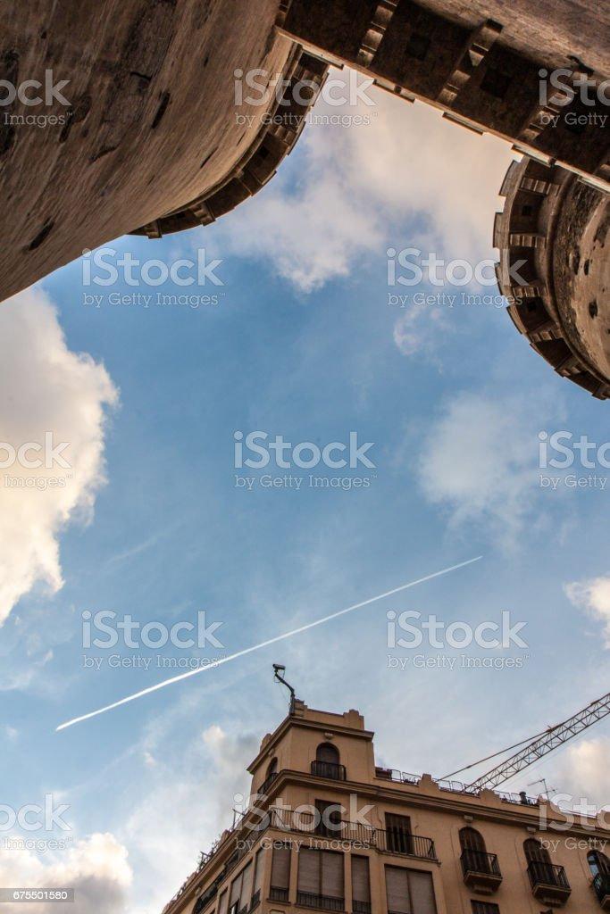 スペインのバレンシアの空と飛行機雲 royalty-free stock photo