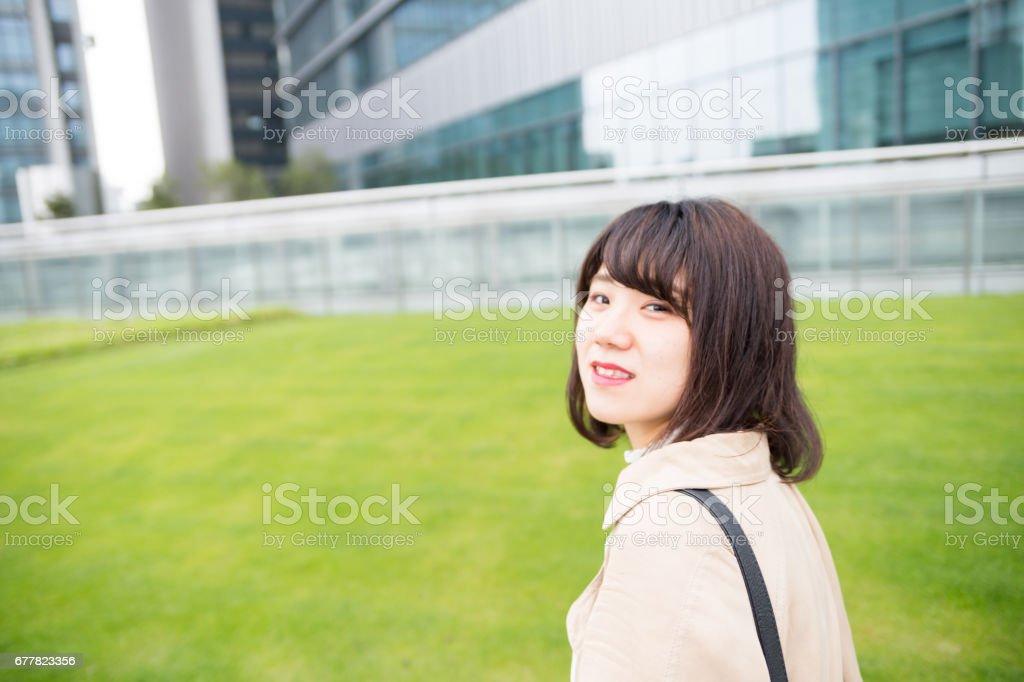 振り返りが可愛い 女性 royalty-free stock photo