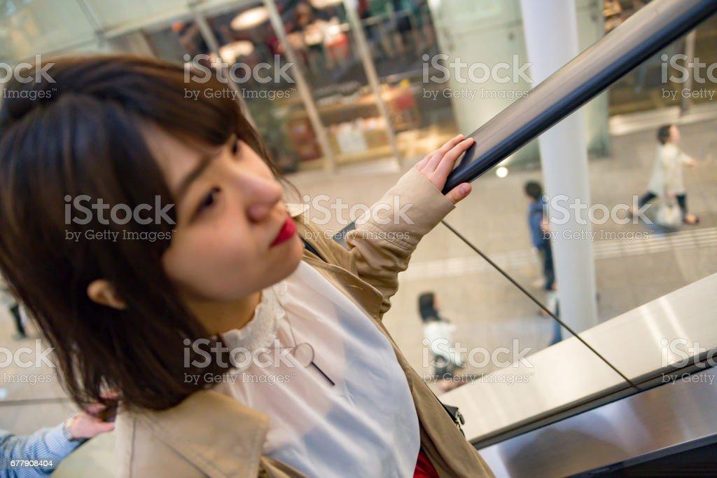 エスカレーターを上る 女性 royalty-free stock photo