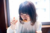 レストランでオムライス食べる可愛い女性