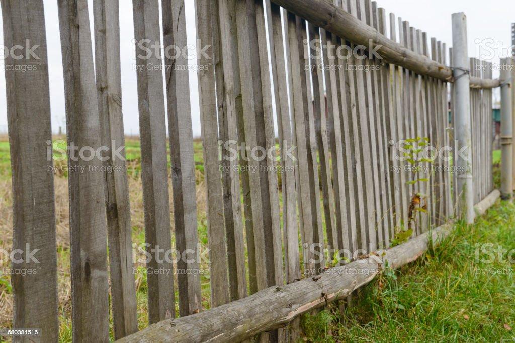 сломанный старый деревянный забор во дворе royalty-free stock photo