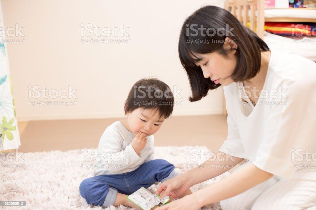 子供を抱く若い女性 foto de stock royalty-free
