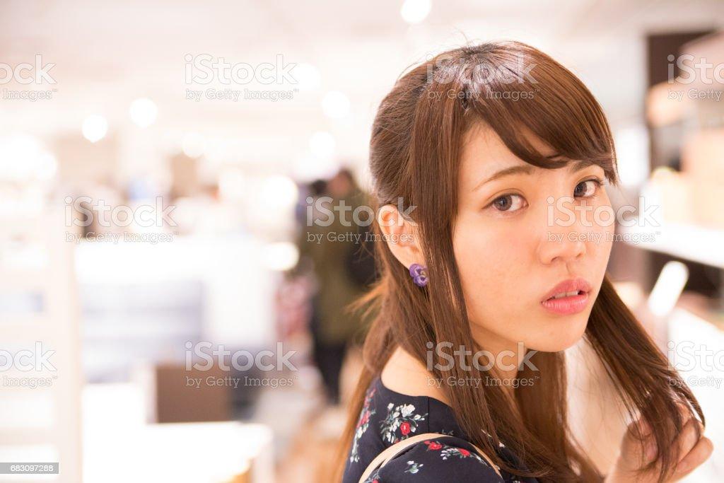 都会を歩く可愛い女性 foto de stock royalty-free