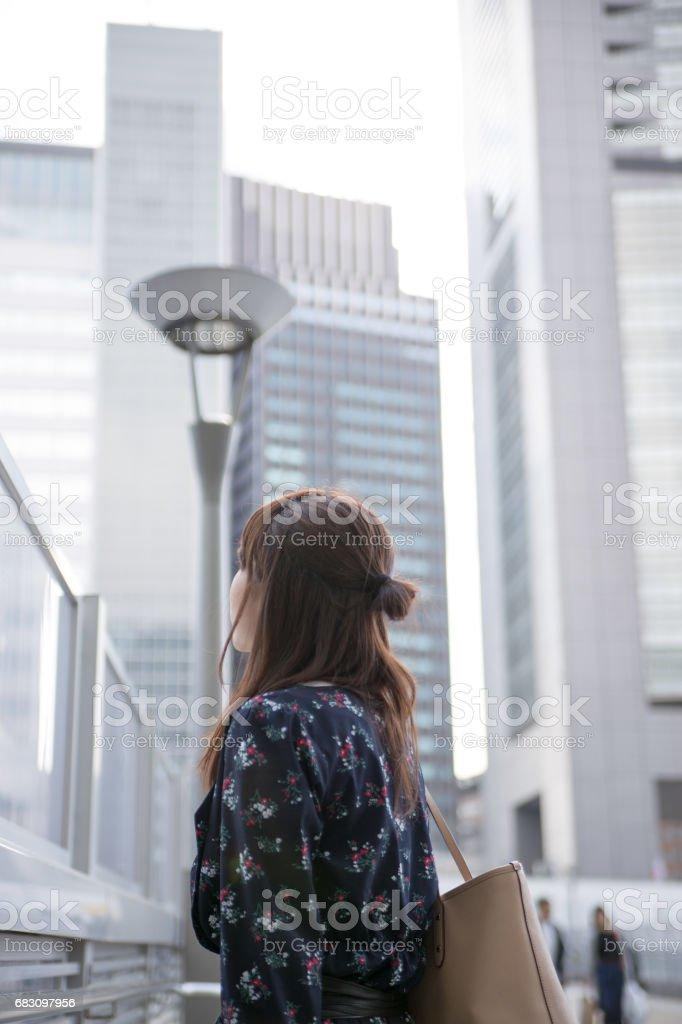 都会を歩く可愛い女性 zbiór zdjęć royalty-free
