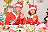 クリスマスパーティーを楽しむ親子