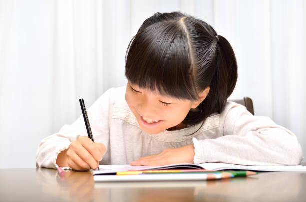 勉強する女の子 - 小学校 ストックフォトと画像