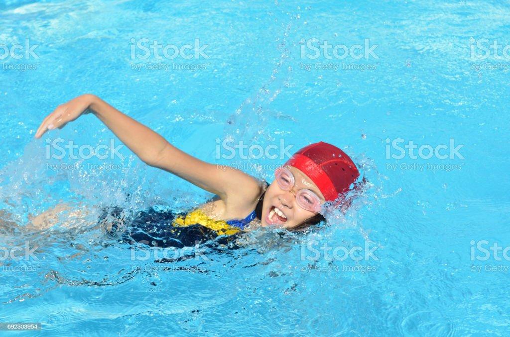 プールで泳ぐ女の子 ストックフォト