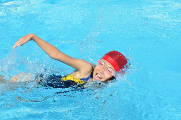 プールで泳ぐ女の子 stock photo