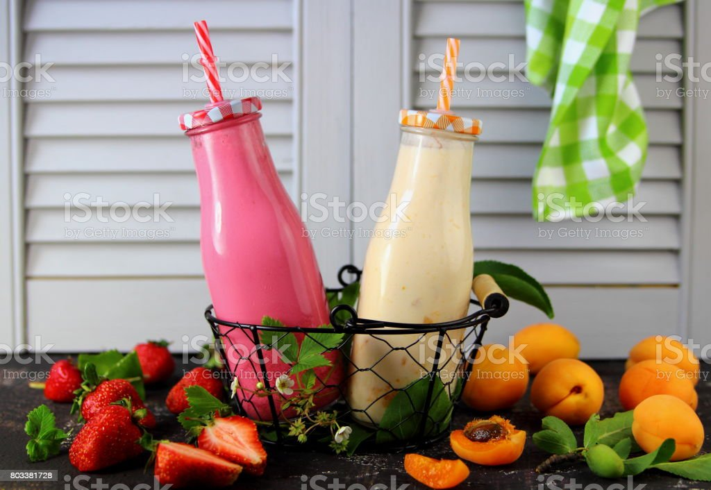 абрикосовый и клубничный смузи stock photo