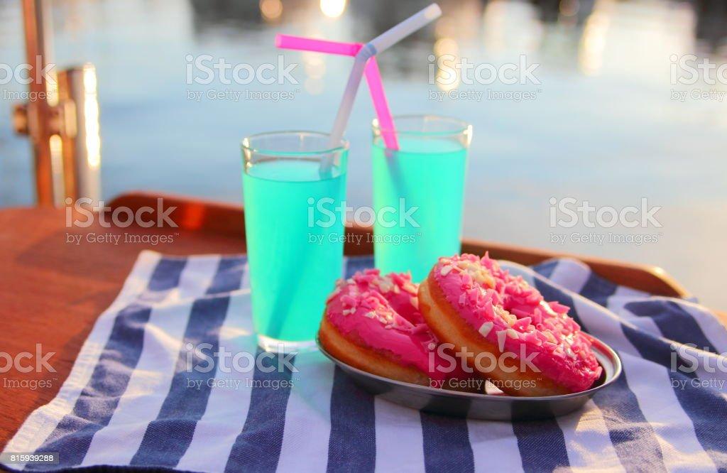 пончики и лимонад stock photo
