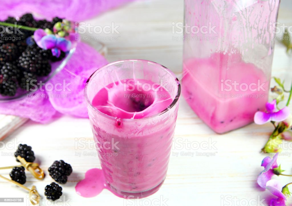 молочный коктейль с ежевикой stock photo