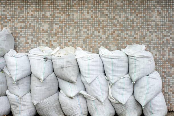sandsack oder sack aus polypropylen gefertigt - polypropylen stock-fotos und bilder