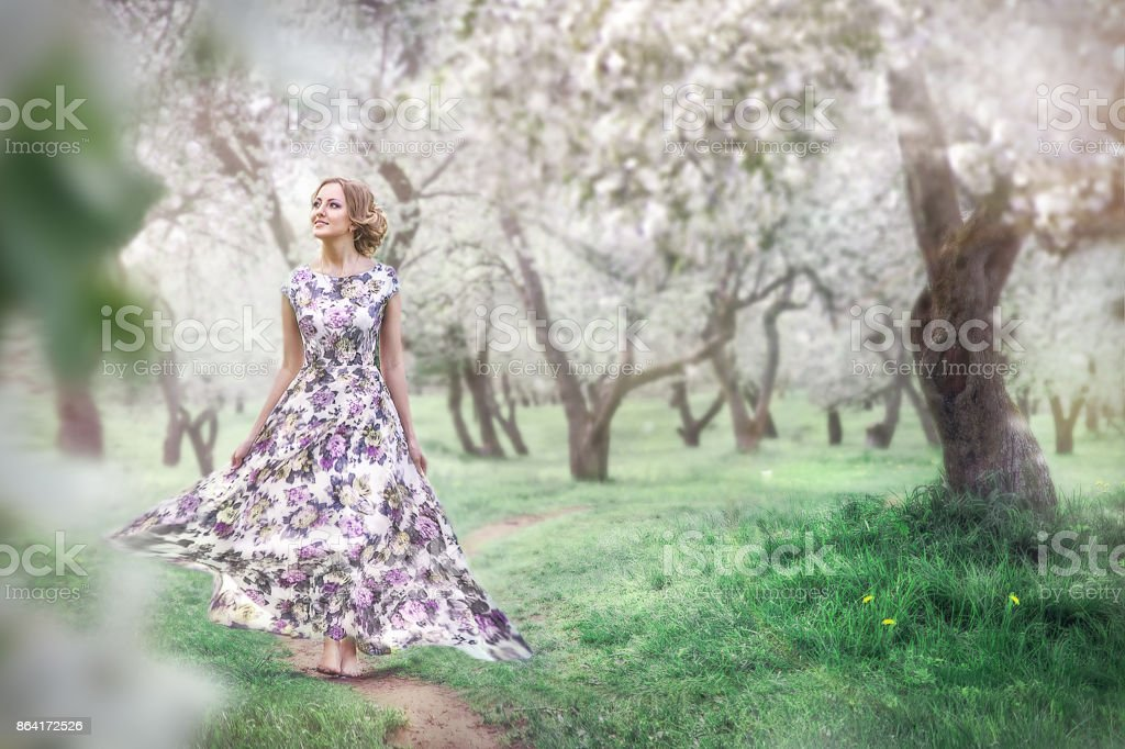 Девушка идёт по дорожке royalty-free stock photo